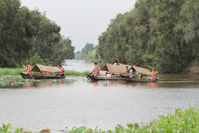 Người dân tham gia chèo xuồng phục vụ du khách đến tham quan Vườn Quốc gia